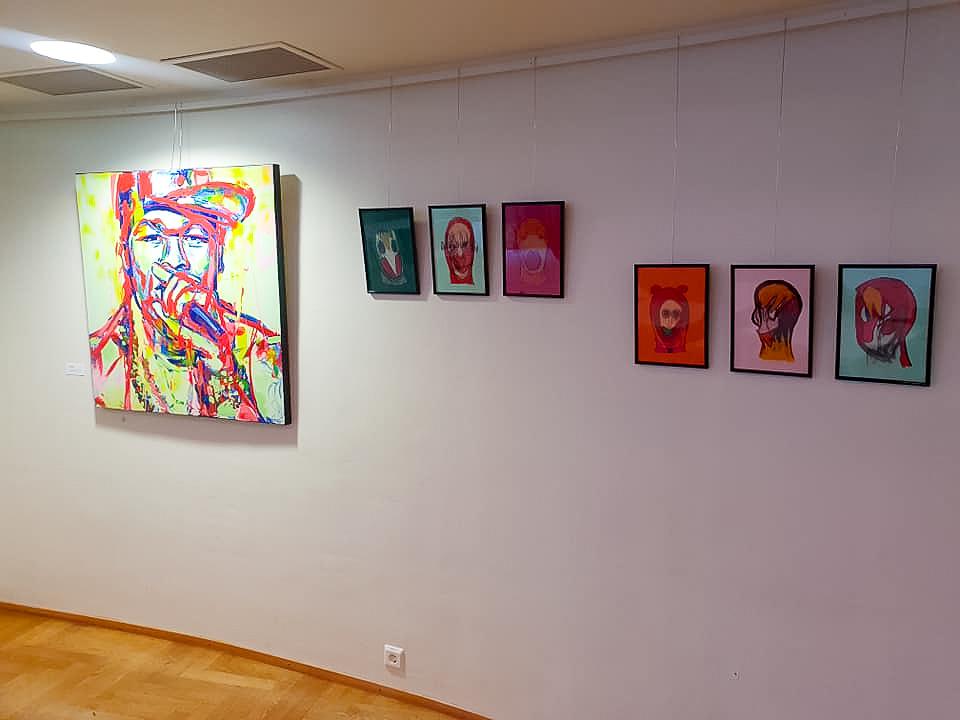 Faces -taidenäyttely Kulttuuritalolla lokakuussa 2020. Kuraattoria ja kuva: Rigulio Graak 2020