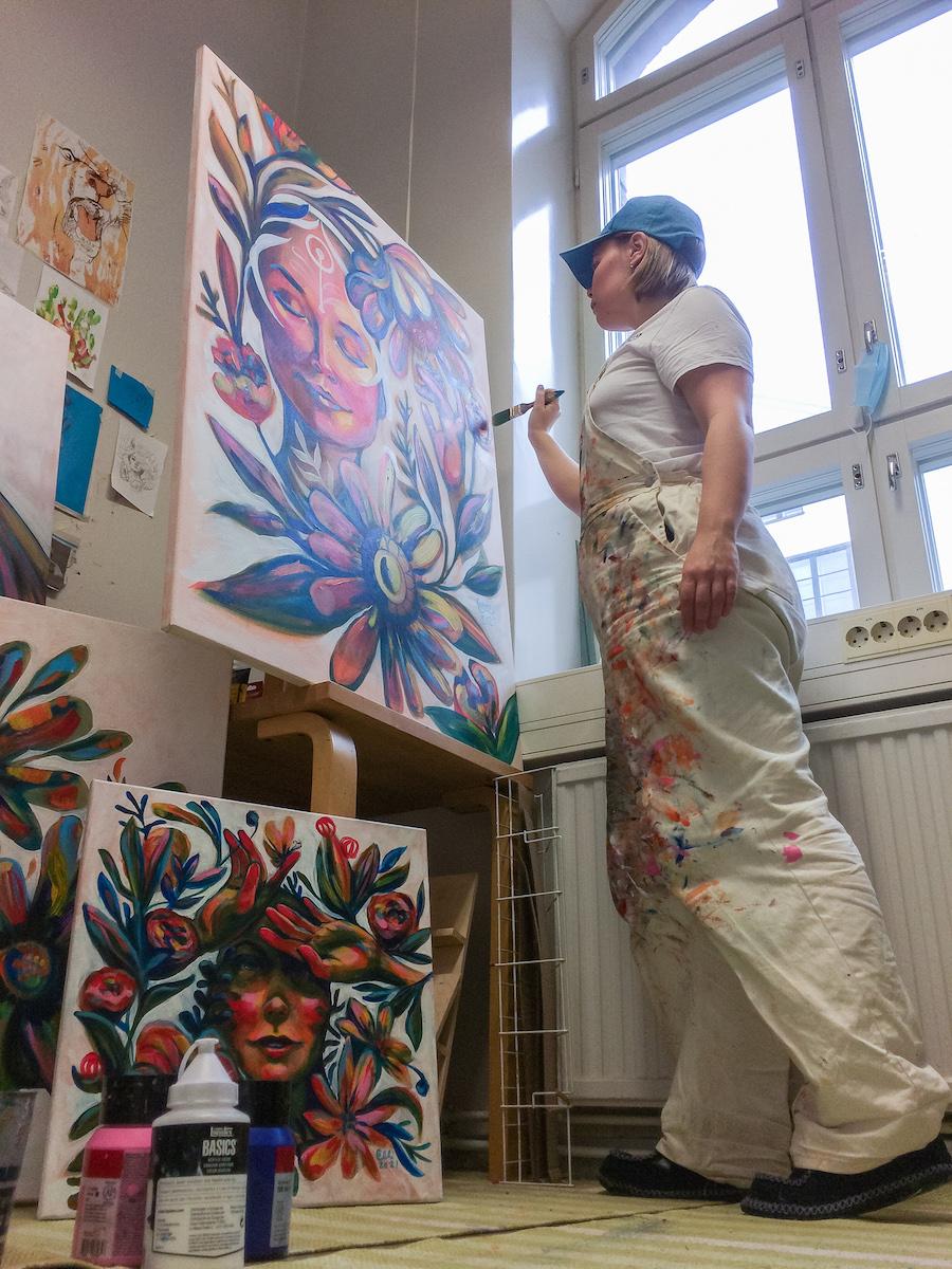 Elli Maanpää working in her atelier 2021